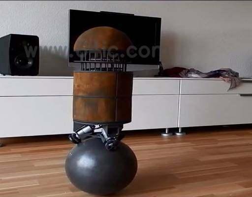 机器人踩个球
